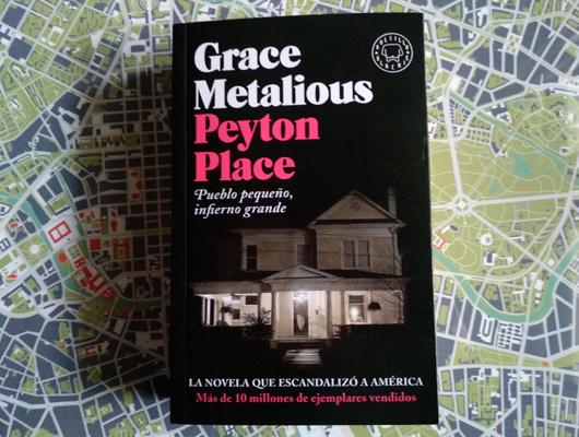 Peyton Place (Pueblo pequeño, infierno grande) – Grace Metalious Un libro en blanco y negro